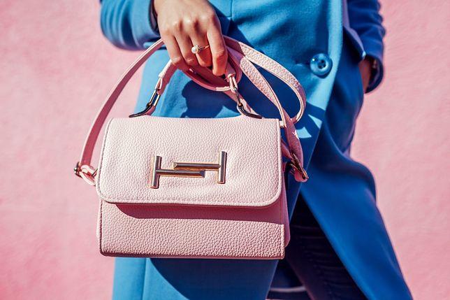 Mała torebka w pastelowym kolorze - kwintesencja elegancji