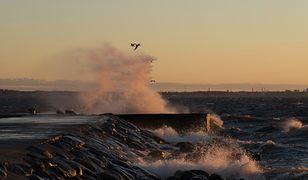 Pogoda nad morzem rozczaruje niskimi temperaturami. Uczucie zimna będzie potęgował wiatr, którego prędkość może osiągać nawet 40 km/h.