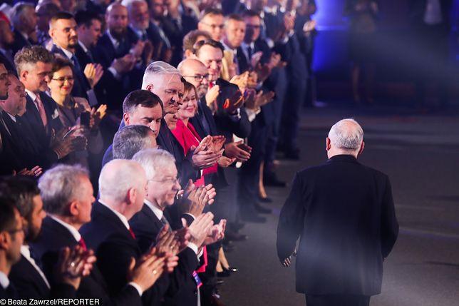 Politycy PiS oklaskują Jarosława Kaczyńskiego