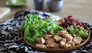 Szybka sałatka z kurczakiem i winogronami. Idealna na imprezę