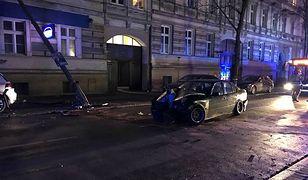 Opole. 22-letni kierowca BMW uszkodził zaparkowany samochód oraz latarnię
