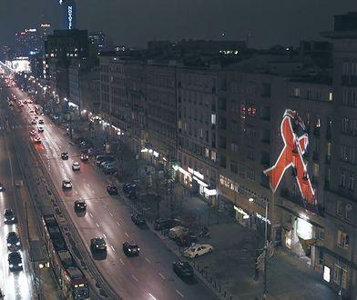 Światowy Dzień Walki z AIDS. Czerwone wstążki na warszawskich budynkach [WIDEO]