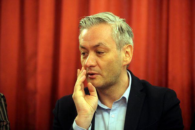"""Robert Biedroń zwołał nadzwyczajną sesję. I pojechał na urlop. """"Stawia nas pod ścianą"""""""