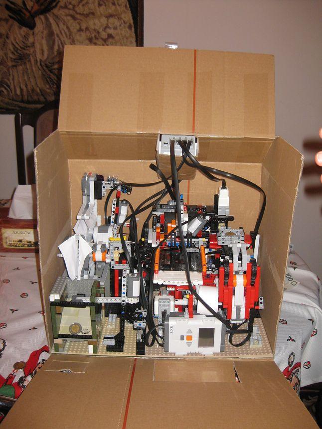 Pierwszy projekt Piotra Palczewskiego - biletomat z klocków Lego. Prawdopodobnie pierwsze tego typu urządzenie zbudowane z klocków LEGO.