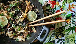 Wołowina z makaronem, mun, pędami bambusa na ostro, z nutą imbiru (danie z woka) - Przepis
