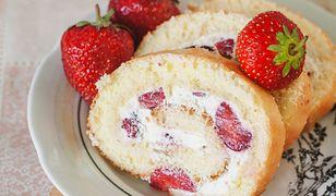 Rolada z truskawkami to efektowny,a le łatwy do przygotowania deser