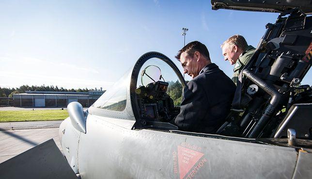 Wiceminister obrony Mark Lancaster w kabinie myśliwca Typhoon