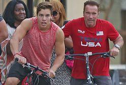 Syn Arnolda Schwarzeneggera idzie w jego ślady. Powtórzył jego słynną pozę