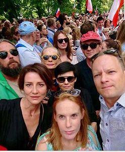 Maciej Stuhr protestował przed sejmem z żoną oraz koleżankami po fachu i... robili sobie selfie