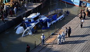 """Węgry. Służby ratownicze podnoszą wrak """"Syrenki"""", która zatonęła na Dunaju w Budapeszcie."""