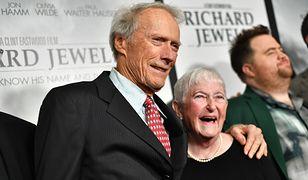 Clint Eastwood z matką Richarda Jewella. W tle aktor grający jej zmarłego syna
