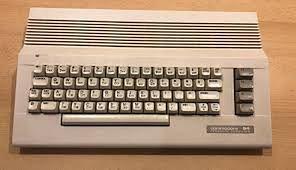 Zwykłe C64C, po za innym położeniem symboli graficznych na klawiszach, nie sposób rozróżnić górę późniejszej edycji od tych pierwszych. Aby to zrobić należy włączyć komputer (Dioda power w starszych egzemplarzach świeci na czerwono, a w nowszych na zielon