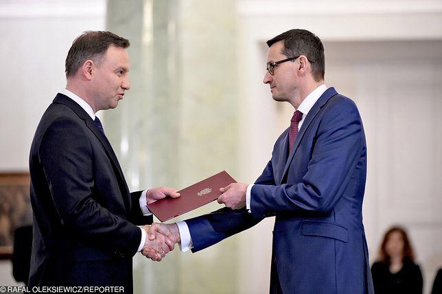 Sondaż. Polacy podzieleni w ocenie Dudy i Morawieckiego