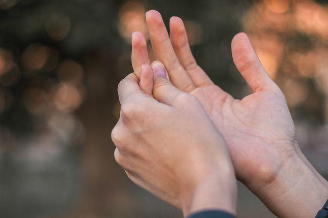 Suche dłonie. Poznaj domowe sposoby na regenerację wysuszonej skóry