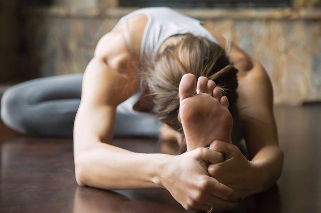 Jak sobie radzić ze wzdętym brzuchem? Najlepsze ćwiczenia na wzdęcia