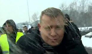 Atak na ekipę TVP w Jastrzębiu-Zdroju. Operator uderzony w głowę bryłą lodu