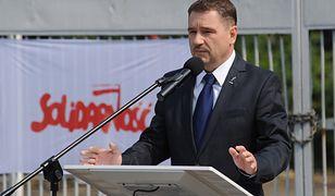 """Przewodniczący NSZZ """"Solidarność"""" Piotr Duda przemawia podczas uroczystości z okazji 33. rocznicy podpisania Porozumień Sierpniowych przed bramą główną Stoczni Szczecińskiej"""