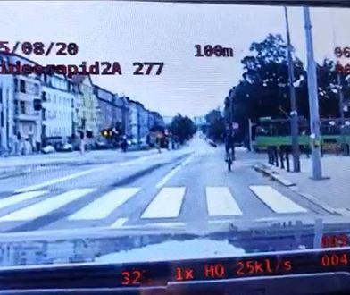 Rowerzysta przejechał przez skrzyżowanie na czerwonym świetle