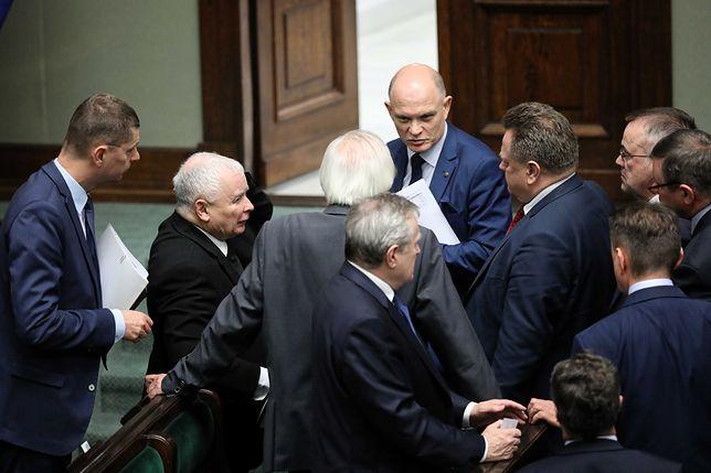 Politycy PiS próbują bagatelizować zamieszanie w Sejmie.