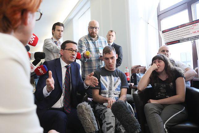 Premier Morawiecki wśród protestujących w Sejmie