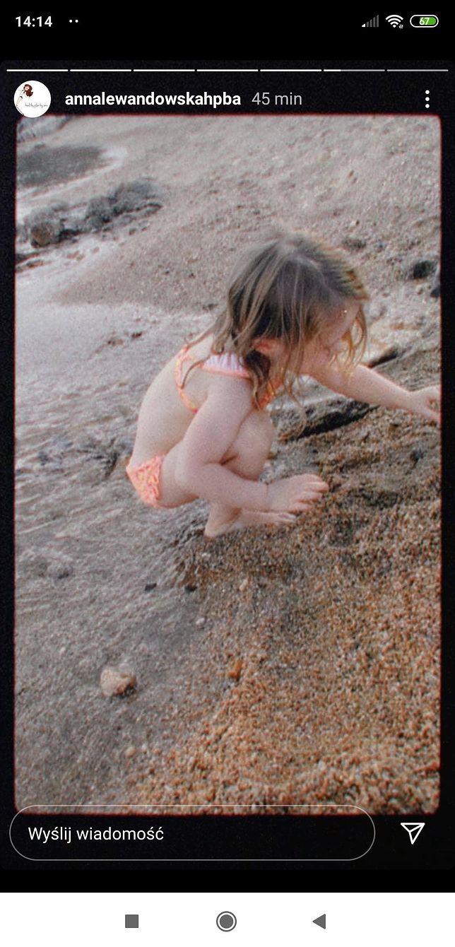 Klara Lewandowska bawi się na plaży