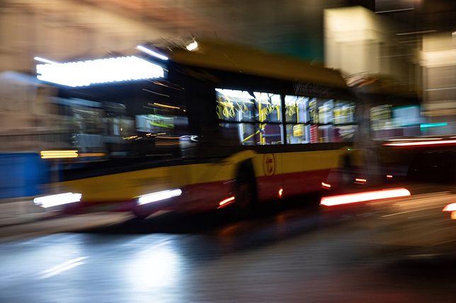 Warszawa. W nocy samochód osobowy zderzył się z autobusem [zdj. ilustracyjne]