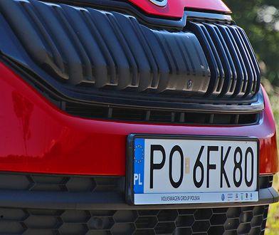 """Czarna """"tabliczka"""" plastikowa to coraz popularniejszy element w samochodach."""