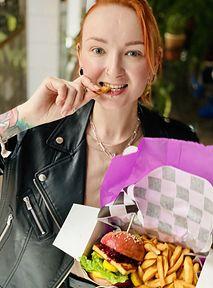 Burger od Red Lipstick Monster i tęczowe sushi od Make Life Harder, czyli jak pomagać... jedząc