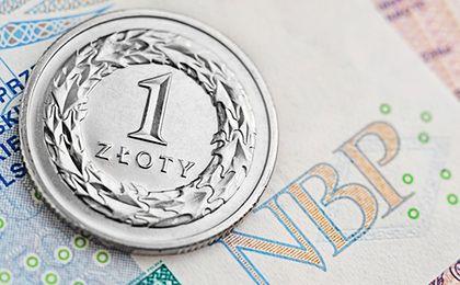 Złoty w poniedziałek słabszy głównie wobec dolara i franka