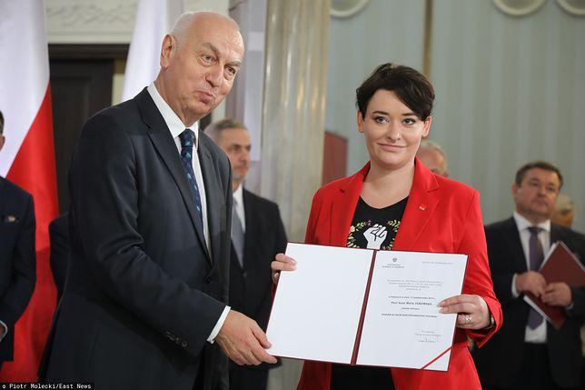 Nowa posłanka Anna Maria Żukowska odbiera zaświadczenie o wyborze
