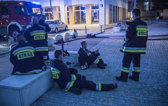 Strażacy odpoczywają po akcji gaśniczej prowadzonej na 25. piętrze jednego z warszawskich hoteli. Czerwiec 2019 roku.