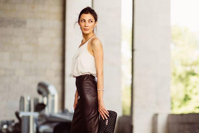 Skórzana spódnica o odpowiednim kroju wpisze się także w biurowy dress code
