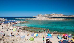 Włochy. 10 ton piasku wywiezionego przez turystów wróciło na plaże Sardynii