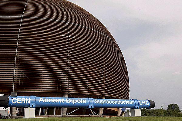 Drewniany globus przy wjeździe na teren ośrodka badawczego Europejskiej Organizacji Badań Jądrowych(CERN) pod Genewą