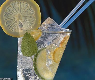 Woda z cytryną to jeden z podstawowych napojów odchudzających.
