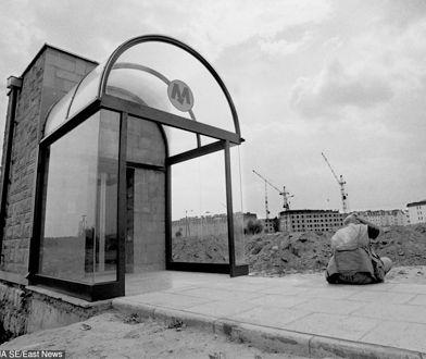 Stacja metra Kabaty w 1995 roku. W tle powstająca dopiero dzielnica