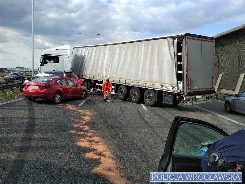 Wrocław. Fatalny wypadek na AOW. Zderzenie trzech ciężarówek i dwóch samochodów osobowych