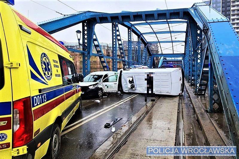 Wrocław. Przewrócony bus zablokował Most Sikorskiego. Spore problemy w centrum