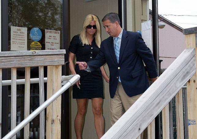 Kate Major w towarzystwie swojego adwokata Dana Russo opuszcza sąd w Southampton