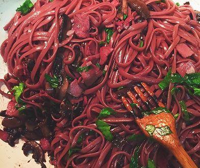Spaghetti gotowane w czerwonym winie zachwyca kolorem i smakiem.
