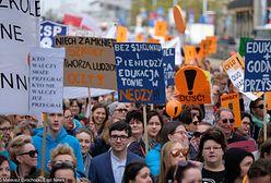 Strajk nauczycieli wciąż trwa. Ruszyły rozmowy okrągłego stołu na Narodowym, a przed stadionem pikieta