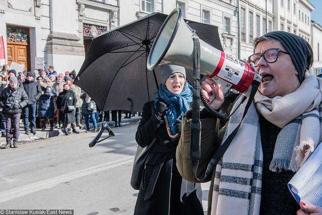 Elżbieta Podleśna (z megafonem) złoży zażalenie na zatrzymanie przez policję i oskarża szefa MSWiA o kłamstwo