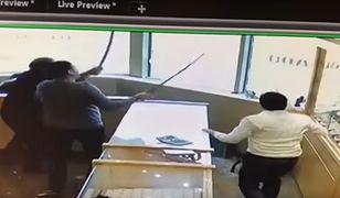 Próbowali okraść sklep. Sprzedawcy zaczęli bronić się... mieczami