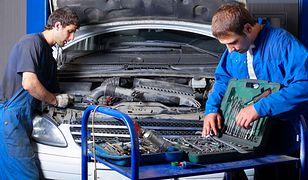 Jak koncerny samochodowe zarabiają… na częściach do aut?