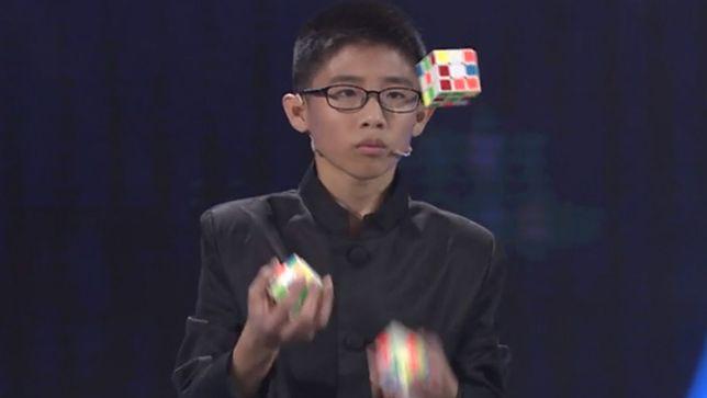 Chiny: nastolatek ułożył jednocześnie trzy kostki Rubika... żonglując nimi [wideo]