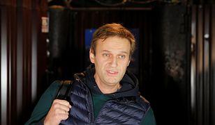 Aleksiej Nawalny przed bramą więzienia w Moskwie