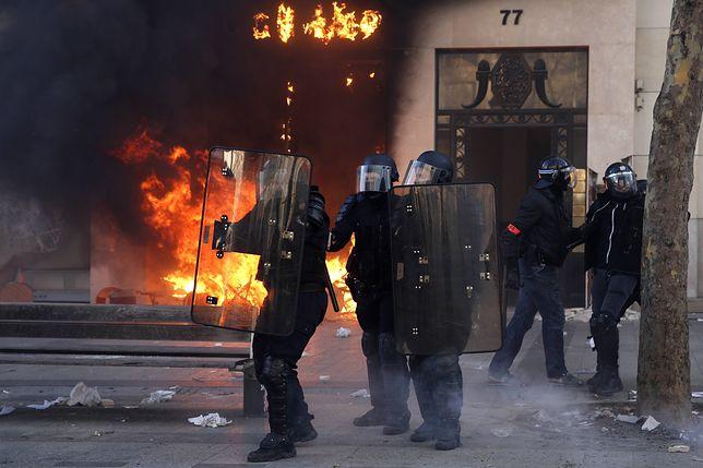 Scena z sobotnich starć w Paryżu.
