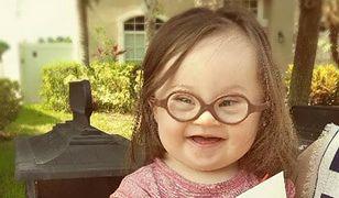 Emma jest bardzo szczęśliwą i wiecznie uśmiechniętą dziewczynką