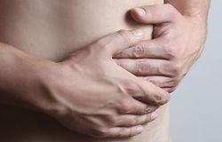 Jak rozpoznać obecność tasiemca? Jednym z objawów jest silny ból brzucha.