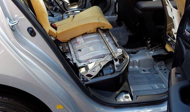 Dziś zelektryfikowane samochody to najczęściej hybrydy. W przecierającej szlaki Toyocie Prius akumulator umieszczono pod kanapą